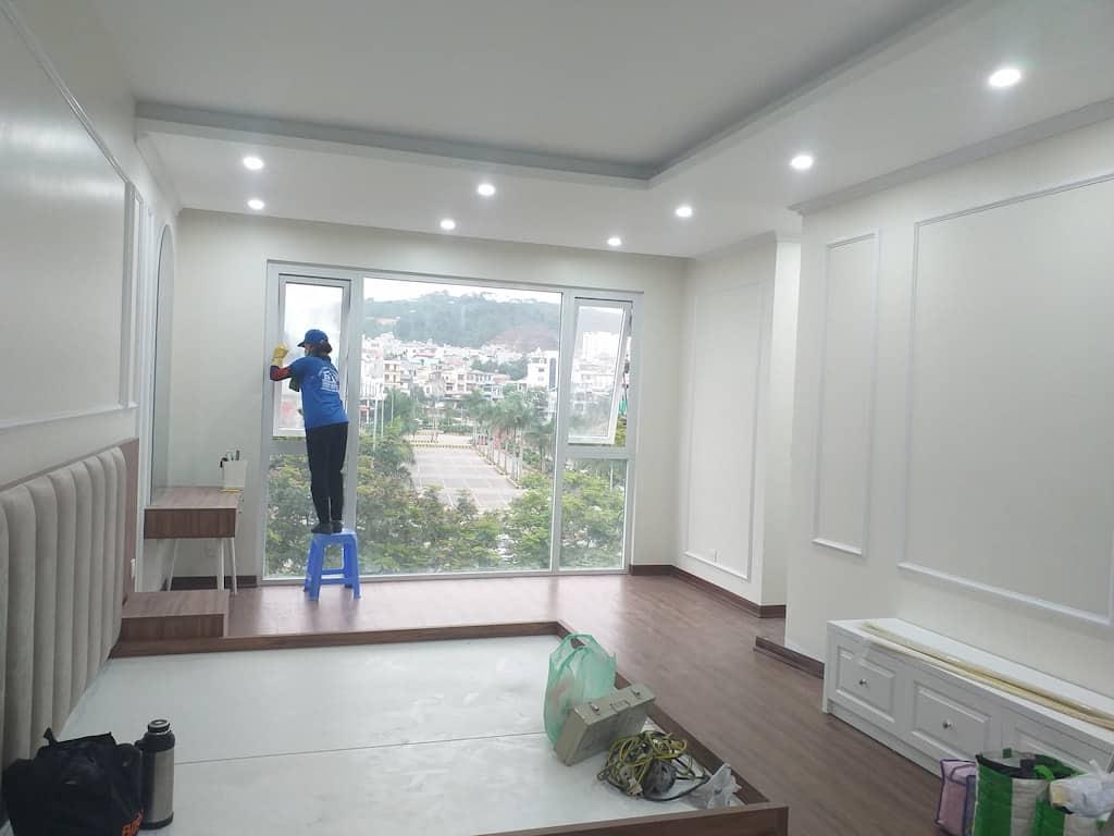 Vệ sinh nhà mới xây dựng: vệ sinh cửa kính, vách kính