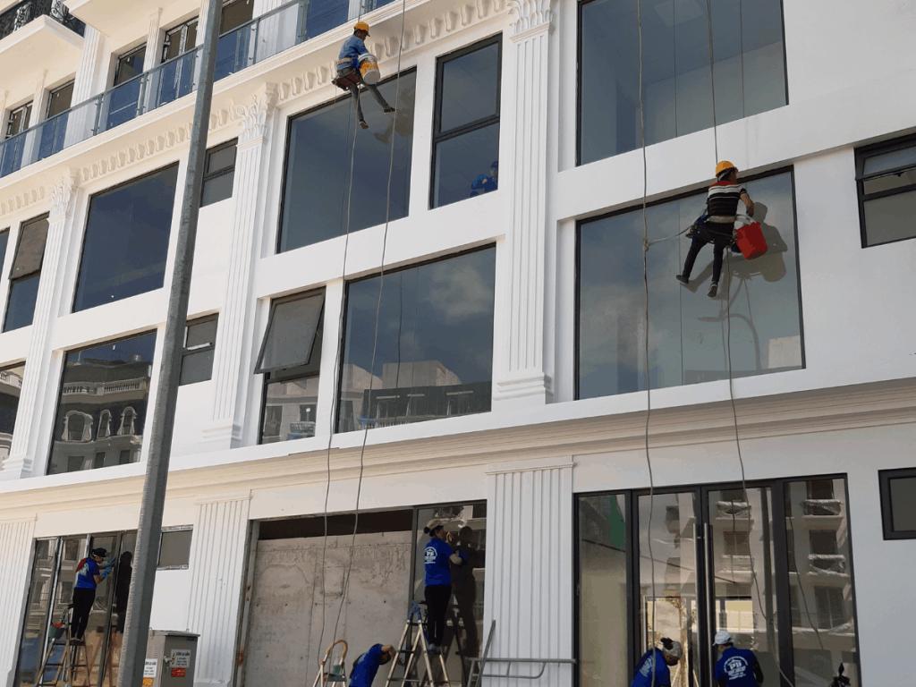 Lau kính toà nhà tại Hạ Long, Quảng Ninh.